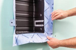 Die Nischenablagebox ist mit einer vormontierten Dichtfolie zur Einarbeitung in die Verbundabdichtung ausgestattet.
