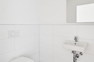 """Zum Einsatz kommen Accessoires, Waschtische und WC der Serie """"Connect Air""""."""