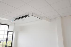 Durch die dezentrale Einbauweise wird jeder Raum individuell mit Luft versorgt. Das Lüftungsgerät wurde hier als Deckenmodelle zu zwei Dritteln teilintegriert in die Zwischendecke eingebaut.