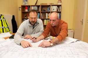"""Bereits in einer frühen Realisierungsphase des Projektes suchten Planer Hans-Jörg Schiewek, IGH (links), und Matthias Linke, """"H<sub>2</sub>O Versorgungstechnik"""", nach einer Lösung für das Hygienerisiko, das durch die Flächenheizung im Fußbodenaufbau für die parallel geführte Trinkwasser-Installation bestand."""