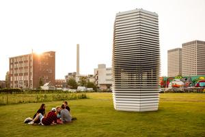"""Der """"Smog Free Tower"""" saugt Luft an und reinigt sie von gesundheitsgefährdendem Feinstaub."""