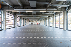Blick in die Fahrzeughalle mit 32 Stellplätzen