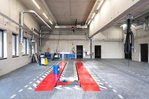 Die Kfz-Werkstatt wurde mit einem Saugschlitzkanal sowie einer automatisch lösenden Abgaszange ausgestattet.