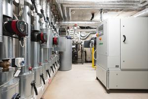Wärmezentrale mit BHKW und Heizungswasserverteilung