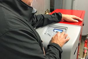 Am Bedienfeld lassen sich Daten abrufen. Die Anlage ist in die Gebäudeleittechnik integriert.