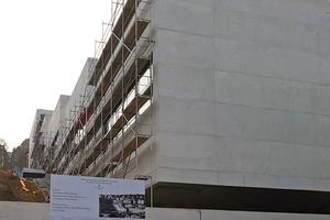 Beim Neubau der John-Cranko-Schule ist die Lage am Hang eine besondere Herausforderung für Planung und Ausführung.