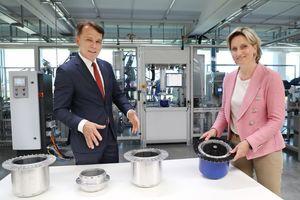 Peter Fenkl, Vorstandsvorsitzender der Ziehl-Abegg SE, und Dr. Nicole Hoffmeister-Kraut, Wirtschaftsministerin von Baden-Württemberg