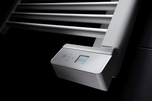 Die AEG-Regelelektronik trägt dank nützlicher Funktionen zu Wohlbefinden und Energieeinsparung bei. Wird das Bad gelüftet, registriert die Regelung das geöffnete Fenster und senkt die Heizenergie selbsttätig.