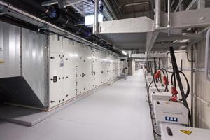 Acht Lüftungszentralen mit jeweils 40.000 bis 60.000 m³/h Nennvolumenstrom bedienen je eine Messehalle – ausreichend, um bis zu 9.000 Messebesuchern frische Luft zu- und Wärmelasten abzuführen.