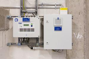 Die Kältemittel-Warnanlage löst im Fall einer Ammoniak-Leckage Alarm aus. Ammoniak kommt nur in der Kältezentrale zum Einsatz, um eine potentielle Gefahr für Messebesucher auszuschließen.