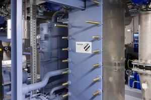 Plattenwärmetauscher trennen Flüssigkeitskühlsatz und Kaltwasserkreislauf im Gebäude.