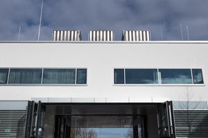 Sechs elegant verkleidete Kühltürme auf dem Dach führen die Kondensationswärme der Kältemaschinen an die Umgebungsluft ab.