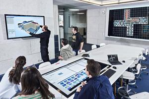 Fachleute arbeiten gemeinsam am digitalen Zwilling von Gebäuden: Die Gebäudeplanung mittels BIM (Building Information Modeling) ermöglicht es, alle Gebäudeinformationen digital abzubilden und am Modell gemeinsam zu planen.