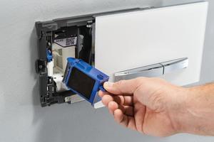 """Das """"DuoFresh""""-Modul kann mit unterschiedlichen Betätigungsplatten kombiniert werden, wie hier mit der """"Sigma50"""". Ein Lüfter saugt die belastete Luft direkt aus der WC-Keramik an und reinigt diese über einen Keramikwabenfilter. Die frische Luft wird wieder zurück in den Raum geführt.<br />"""