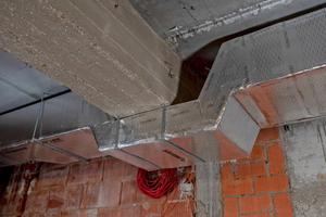 Die Lüftungskanäle lassen sich direkt an die Bausubstanz anschließen, so dass sie auch in engen Räumen Platz finden.