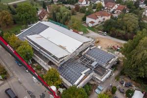 Die Schwarzachhalle beherbergt neben der großen Halle, die für Sport- und sonstige Veranstaltungen genutzt wird, eine Kegelbahn im Untergeschoss sowie diverse Versammlungs- und Sozialräume.