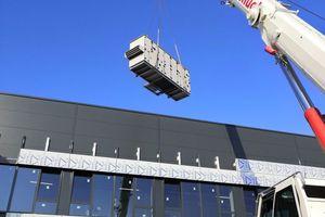 Anlieferung eines RLT-Gerätes für den Neubau einer Logistikhalle mit Büroeinbau