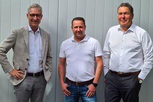 Die Konzmann GmbH-Geschäftsführer Thomas Endres (links) und Mario Bittner (rechts) mit Boris Becker (Mitte), dem Geschäftsführer der Trenker GmbH