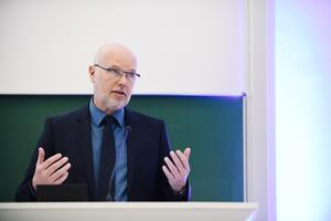 Prof. Dr. Bernd Boiting ist Experte für Raumluft- und Kältetechnik. In Sachen Klimaanlagen sieht er beim richtigen Betrieb und geltenden deutschen Standards keine Gefahr für eine vermehrte Verbreitung des Coronavirus durch Vollklimaanlagen.
