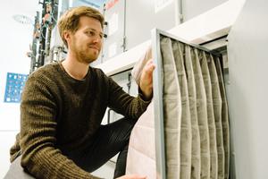 HEPA-Filter sind besonders feine Taschenfilter, die selbst feine Aerosole filtern können. Der wissenschaftliche Mitarbeiter Steffen Jacobs baut hier einen neuen Filter in eine Klimaanlage ein.
