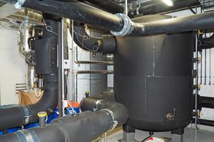Der zusätzliche Kältespeicher dient als hydraulische Weiche und hat ein Volumen von 6.000 l.