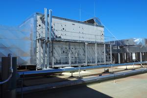 Sechs große Lüftungsanlagen mit jeweils 63.000 m³/h blasen die Zuluft in einen großen Zuluftkanal, der in den Deckenbereich des Bades mündet.