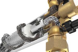 """""""SorbOx""""-LI erfüllt vier Funktionen nach VDI 2035-2: Demineralisierung des Heizungswassers, der Mikrogasblasenabscheider entfernt Gase, der Anodenschutz bindet Sauerstoff und der Magnetflussfilter hält Schlamm sowie Rost zurück."""