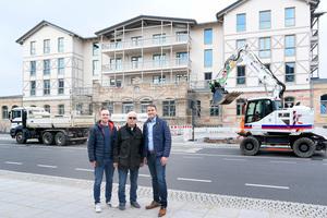 Die Fachplaner Michael (links) und Harald Kirchner (Mitte) mit Paul Bartenstein (rechts), Technischer Fachberater bei KaMo/Uponor, vor dem beinahe fertig sanierten Bahnhofsgebäude (Baujahr 1858)