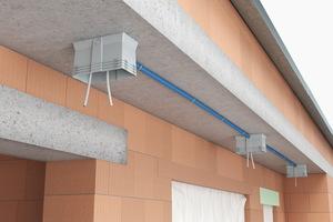 Geräteträger ermöglichen die sichere Befestigung von Geräten wie Außenleuchten, Kameras oder Türkommunikationsanlagen an, beziehungsweise in der außengedämmten Gebäudewand.