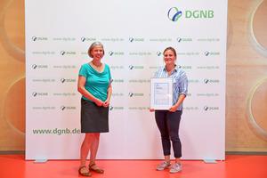 Verleihung des studentischen Sonderpreises durch Dr. Anna Braune (links), Abteilungsleiterin Forschung & Entwicklung DGNB, an Sophie Honal.
