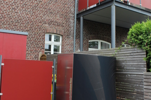 Eine Luft-/Wasser-Wärmepumpe versorgt das energetisch sanierte Gebäude mit Heiz- und Warmwasser.