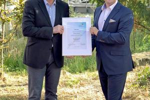 """Dipl.-Ing. Jan Heckmann, Vorsitzender des BTGA-Fachbereichs """"Sanitärtechnik"""", überreicht Frank Lissy (rechts), Verkaufsleiter Süddeutschland der ACO Passavant GmbH, die Mitgliedsurkunde des BTGA."""