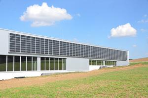 """Solarer Frischluftkollektor """"Lubi Wall""""an einer Gebäudeaußenwand<br />"""