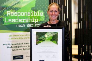 """<irspacing style=""""letter-spacing: -0.005em;"""">Christine Beck-Sablonski, Vice President Marketing Communication DACH Schneider Electric, mit der Auszeichnung für """"Exzellente Nachhaltigkeit 2020"""" des FAZ-Instituts</irspacing>"""