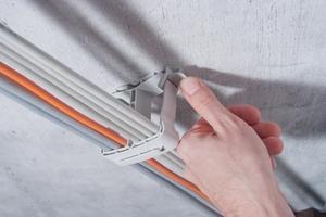 """Der Verschluss des """"SH 80"""" lässt sich auch nach der Montage leicht öffnen und schließen. So können Kabel jederzeit hinzugefügt oder entfernt werden."""