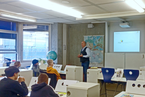 ITGA-Geschäftsführer Robert Pomes stellt der achten Klassenstufe der Bertha-von-Suttner-Gemeinschaftsschule die Gebäudetechnik vor.