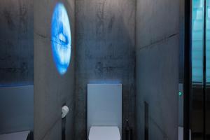 """Die ikonischen """"ME by Starck""""-Stand-WCs von Duravit und Designer Philippe Starck wirken in diesem außergewöhnlichen Ambiente wie museale Exponate."""