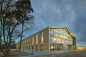 """Der Blick von außen: """"Alnatura Arbeitswelt"""", die neue Zentrale des Bio-Händlers in Darmstadt, ist in einer Lehm-Holz-Bauweise errichtet."""
