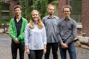 """Die Gewinner der Semesterarbeit """"Future Heat Pump"""" (v.r.n.l.): Mika Leßmann (1. Platz), Noah Schneider (2. Platz), Lisa Vonderhagen (3. Platz) und der Preis """"Special Mention"""" ging an Nick Eigel."""