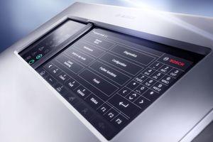 """Nutzer können Sicherheitssysteme wie Sprachalarm und Türsteuerung via """"eMatrix"""" direkt über das Display steuern.<br />"""
