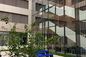 Die moderne Architektur lässt viel Licht ins Gebäude.