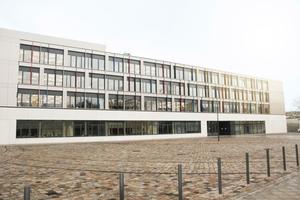Das Tageslicht wird bei der Beleuchtungssteuerung im Gymnasium Tolkewitz in Dresden über ein KNX-System eingebunden.