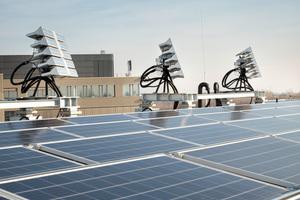 Photovoltaikanlage und das System zur Tageslichtlenkung auf dem Dach des Gebäudes