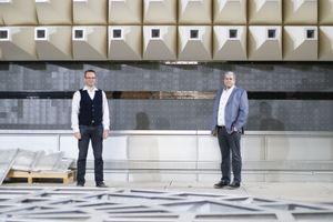 Markus Mettler, Technischer Betriebsleiter von ebm-papst und für den Bau verantwortlich (links) und Martin Schmitt, Abteilungsleiter in der Elektronikentwicklung im neuen Gebäude.