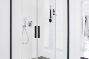 """Die Duschkabine """"Nica"""" ist Teil der """"Dark Edition"""" von Kermi. In """"Schwarz Soft"""" bekommt die Gleittür klare Konturen und sticht im Badezimmer hervor. Das hilft auch bei der Orientierung."""