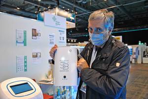 Norbert Römpp, Vertriebsleiter Steger Medical, mit patentierter Desinfektionsmaschine für Räume