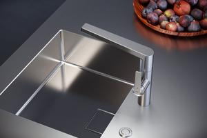 """Die Küchenarmatur """"KWC Domo E"""" aus Edelstahl überzeugt durch eine hygienische, antibakterielle Oberfläche."""