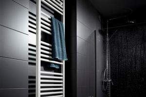 Der elektrische AEG-Badheizkörper hält die Handtücher vorgewärmt parat bzw. trocknet diese nach Bedarf.