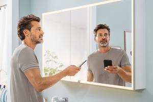 Die Helligkeit und Lichtstimmung der Spiegel und Spiegelschränke kann per App oder Sprache gesteuert werden.