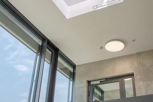 Automatisch geöffnete Lichtkuppel an oberster Stelle des Sicherheitstreppenrau